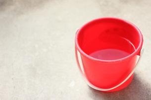 赤いバケツの写真素材 [FYI00202404]