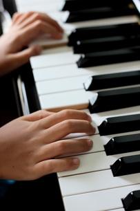 ピアノを弾く子供の写真素材 [FYI00202410]