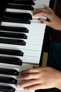 ピアノを弾く子供の写真素材 [FYI00202422]