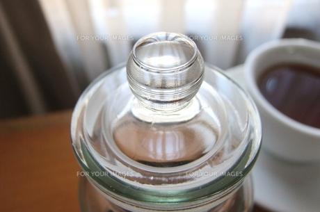 紅茶入れ ガラス瓶の ビー玉みたいな ふたの写真素材 [FYI00202693]