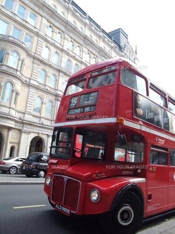 ロンドンの2階建てバスの写真素材 [FYI00202702]
