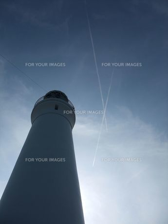 灯台、見上げて見つけた飛行機雲の素材 [FYI00202707]