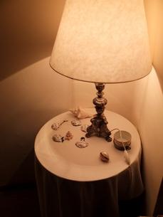 テーブルランプと小物たちの写真素材 [FYI00202729]