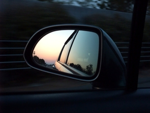 走る車のドアミラーから見える夕景の写真素材 [FYI00202732]