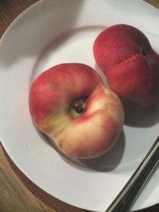 フラットピーチ (別名 Saturn Peachの写真素材 [FYI00202743]
