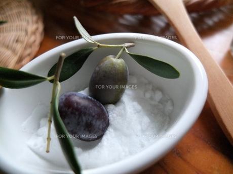 オリーブの実を 塩漬けに。 木のスプーンと。の写真素材 [FYI00202780]