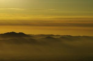 朝焼けの山々の写真素材 [FYI00202817]