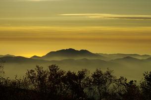 朝焼けの山々の写真素材 [FYI00202825]