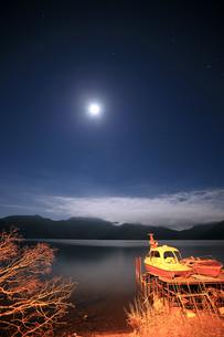 夜の中禅寺湖の写真素材 [FYI00202919]