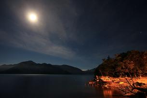 夜の中禅寺湖の写真素材 [FYI00202927]