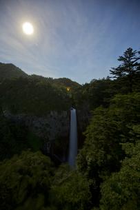 夜の華厳の滝の写真素材 [FYI00202939]