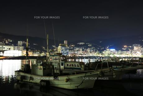 夜の熱海港の写真素材 [FYI00202940]
