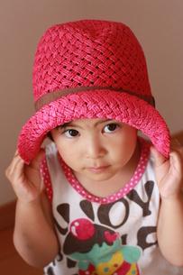 帽子をかぶる子どもの写真素材 [FYI00203130]