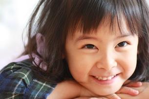 微笑む女の子の写真素材 [FYI00203131]