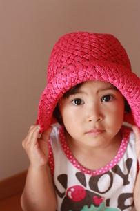 帽子をかぶる子どもの写真素材 [FYI00203132]