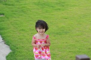 外で微笑む女の子の写真素材 [FYI00203135]