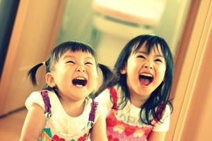 笑う姉妹の写真素材 [FYI00203137]