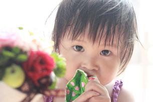 花と子どもの写真素材 [FYI00203138]