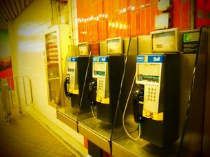 海外の駅にある公衆電話の写真素材 [FYI00203139]