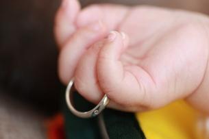 指輪をつけた赤ちゃんの写真素材 [FYI00203146]