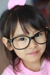 メガネの女の子の写真素材 [FYI00203150]