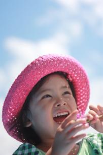 青空と女の子の写真素材 [FYI00203152]
