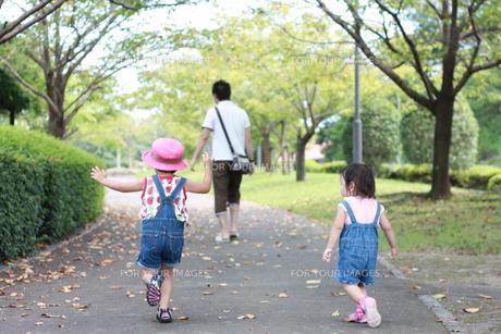 父親を追いかける子供の写真素材 [FYI00203158]