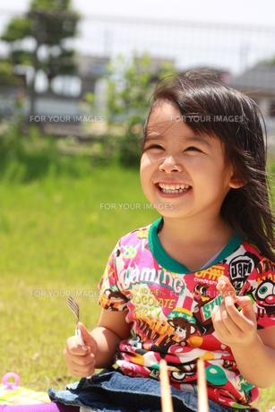お弁当を食べる幼児の写真素材 [FYI00203162]