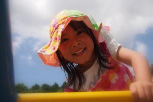 公園で遊ぶ女の子の写真素材 [FYI00203165]