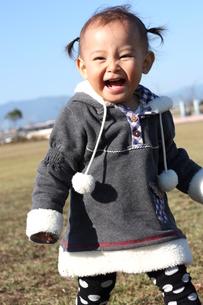 公園で遊ぶ一歳の女の子の写真素材 [FYI00203168]
