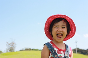 公園で遊ぶ女の子の写真素材 [FYI00203171]