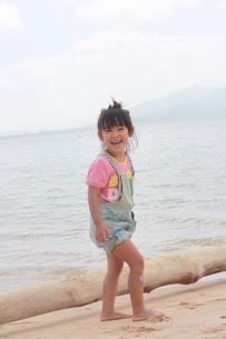 海で遊ぶ子供の写真素材 [FYI00203178]