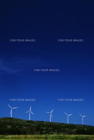 高原の風車群の素材 [FYI00203273]