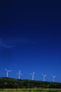 高原の風車群の写真素材 [FYI00203273]