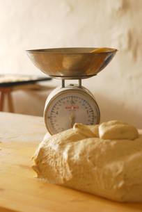 量りとパン生地の写真素材 [FYI00203422]