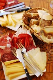 チーズとハムとパンの写真素材 [FYI00203472]