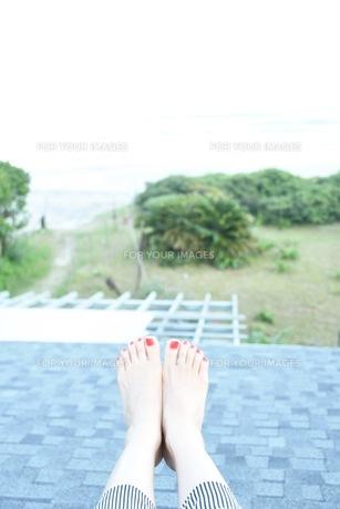 赤いペニュキュアの足の写真素材 [FYI00203484]