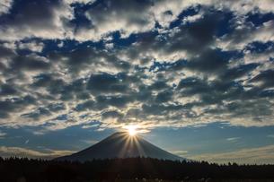 ダイヤモンド富士とうろこ雲の写真素材 [FYI00203716]