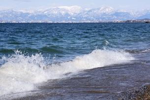 冬の北琵琶湖と雪山の風景の写真素材 [FYI00203842]