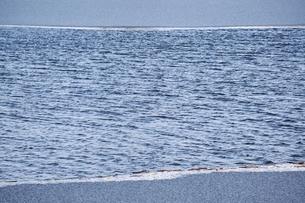 厳寒期、7氷雪と漣の水面の写真素材 [FYI00203868]