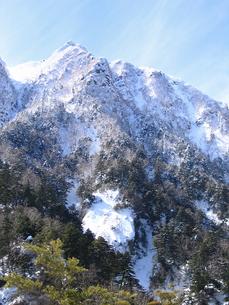 厳冬期の八ヶ岳東面、旭岳の写真素材 [FYI00203882]