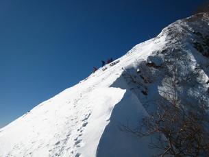 雪の稜線と登山者の写真素材 [FYI00203933]