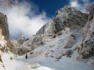 厳冬期の八ヶ岳を行くクライマーの写真素材 [FYI00203956]