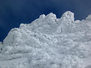 氷雪に覆われる八ヶ岳連峰横岳の写真素材 [FYI00203959]