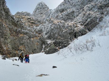 厳冬期に八ヶ岳を行くクライマーの素材 [FYI00203960]