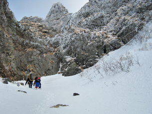 厳冬期に八ヶ岳を行くクライマーの写真素材 [FYI00203960]