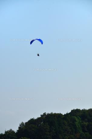 青空とパラグライダーの点景の写真素材 [FYI00204020]