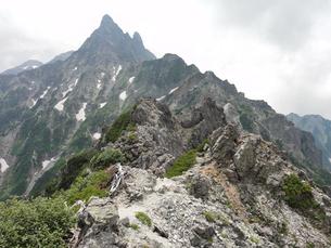 北鎌尾根上から見る槍ヶ岳の写真素材 [FYI00204414]