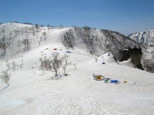 春山、雪のキャンプの素材 [FYI00204431]