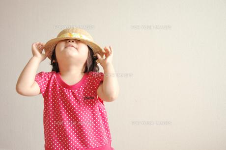 麦わら帽子と女の子の素材 [FYI00204676]